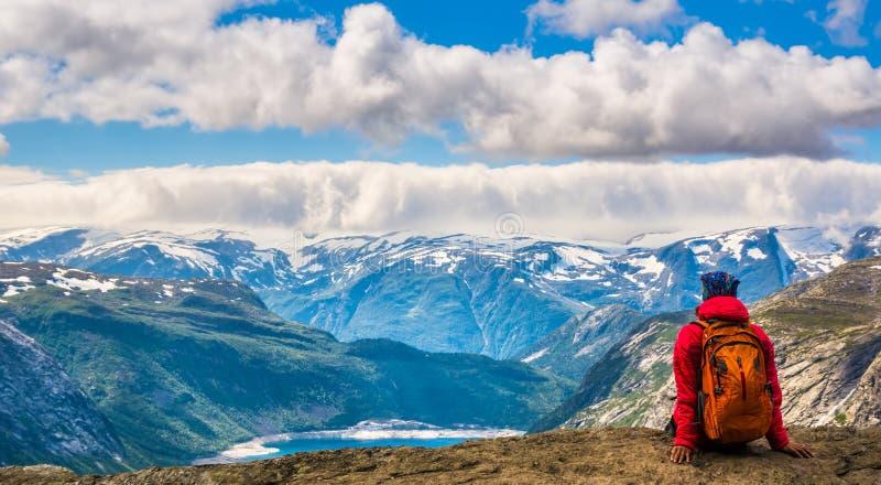 Zadziwiający widok blisko Trolltunga Lokacja: Skandynawskie góry obrazy royalty free