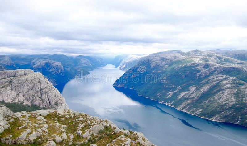 Zadziwiający widok brać od śladu Lysefjord to prowadzi szczyt ambony skała Preikestolen fotografia stock
