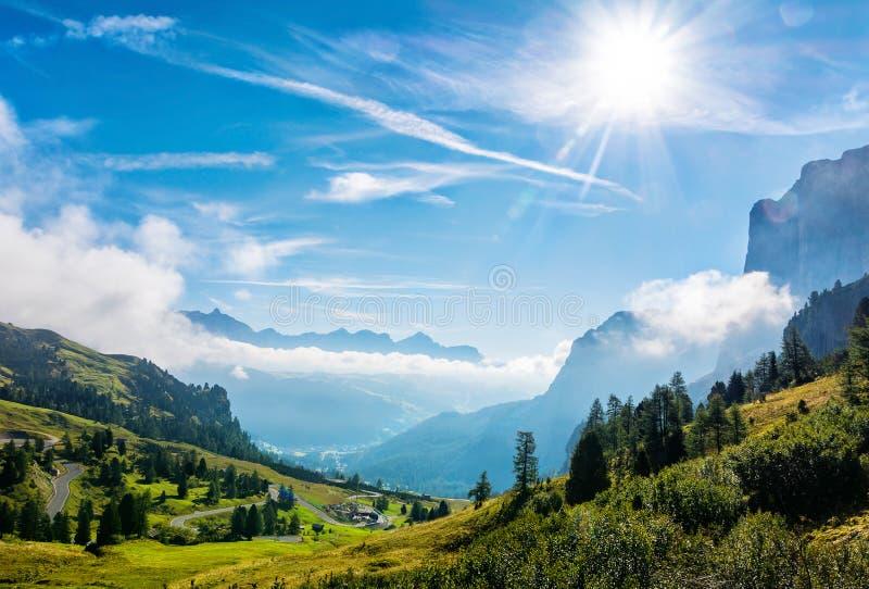 Zadziwiający widok góra krajobraz dolomitów Alps Lokacja: Passo Gardena blisko Sella grupy w dolomitów Alps, Południowy Tyrol zdjęcia stock