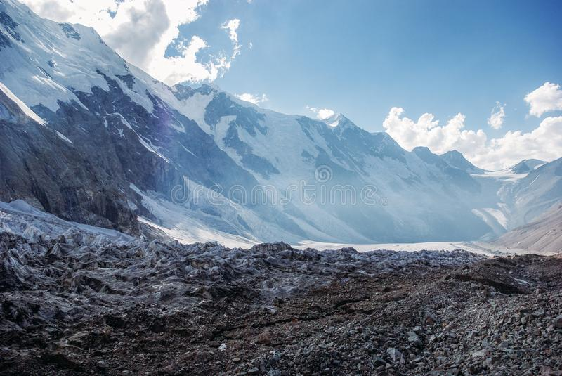 zadziwiający widok góra krajobraz z śniegiem, federacja rosyjska, Kaukaz, fotografia stock