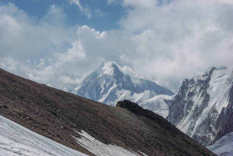 zadziwiający widok góra krajobraz z śniegiem, federacja rosyjska, Kaukaz, obrazy stock