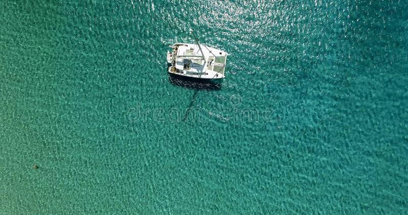 Zadziwiający widok jachtu żeglowanie w otwartym morzu przy wietrznym dniem Truteń vi obrazy royalty free