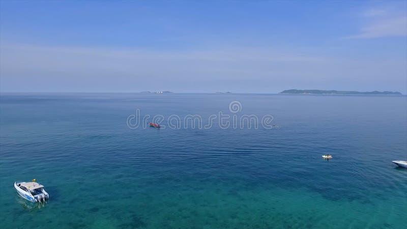 Zadziwiający widok jachtu żeglowanie w otwartym morzu przy wietrznym dniem Trutnia widok - ptaki przyglądają się kąt, Mała raj wy zdjęcia stock