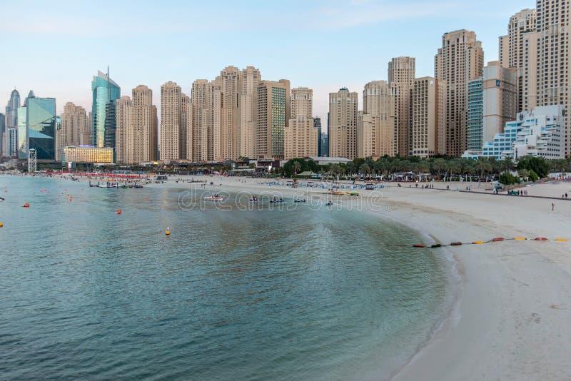 Zadziwiający widok Jumeirah Beach Residence i Dubaj Marina nabrzeża drapacz chmur Mieszkaniowego i Biznesowego linia horyzontu w  zdjęcia stock