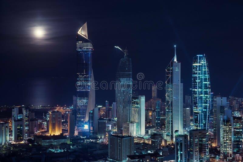 zadziwiający widok Kuwejt budynki przy nocą fotografia stock