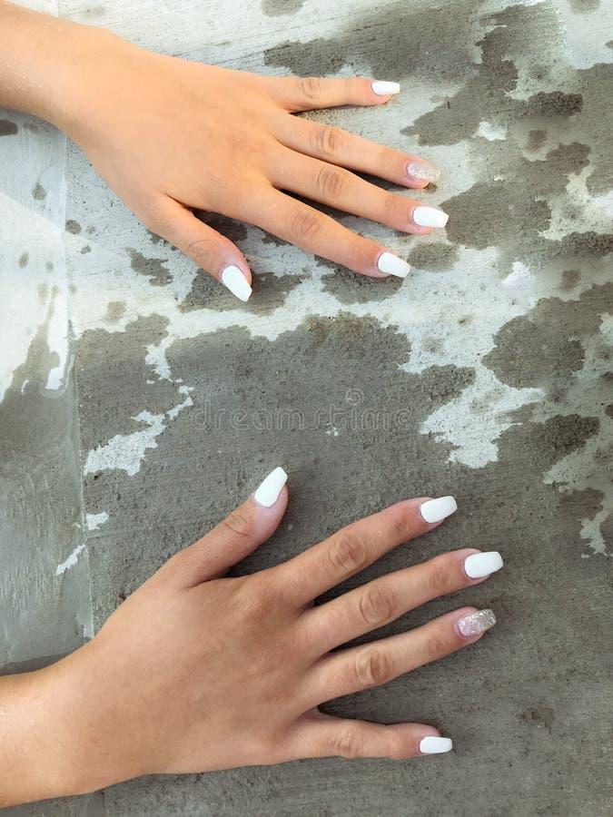 zadziwiający widok młodych dziewczyn ręki z świeżym modnym manicure'em zdjęcia stock
