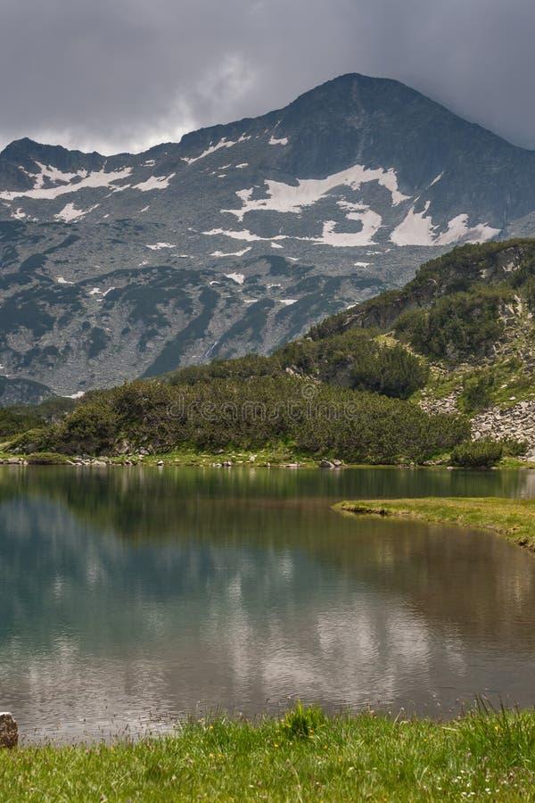 Zadziwiający widok Muratovo jezioro i odbicie Banski Suhodol szczyt, Pirin góra obrazy stock