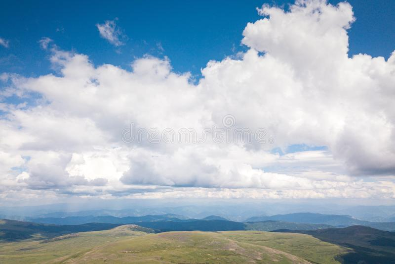 Zadziwiający widok na zielonych górach fotografia royalty free