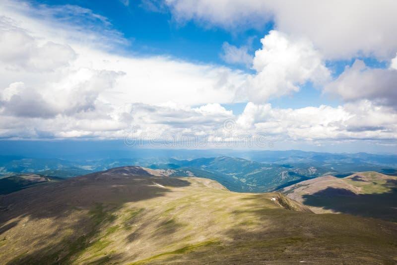 Zadziwiający widok na zielonych górach obraz stock