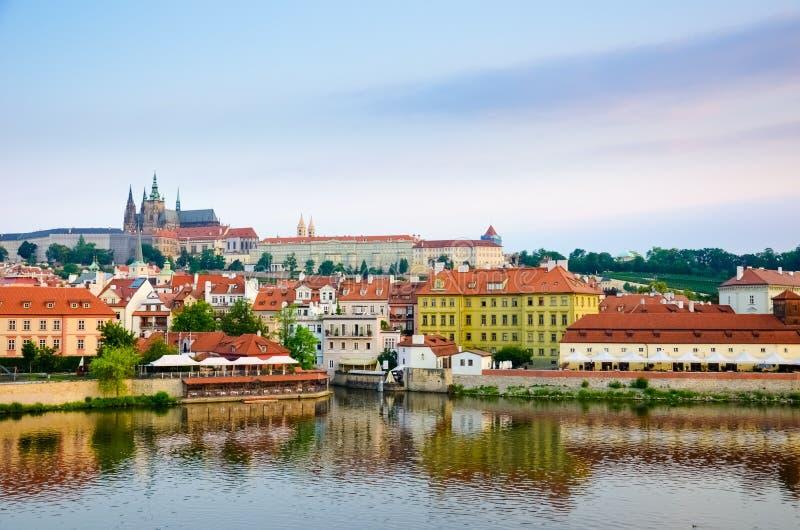Zadziwiający widok Praga kasztel i dziejowy stary miasteczko brać z Vltava rzeką Wsch?d s?o?ca ?wiat?o Kapita? republika czech pi obraz stock