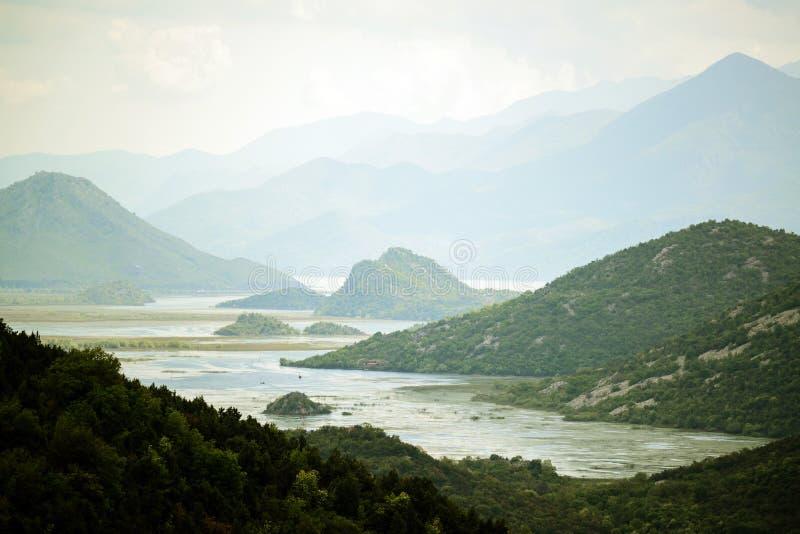 Zadziwiający widok Rijeka Crnojevica, Skadar Nationa jeziorny parkl Montenegro - zdjęcie stock