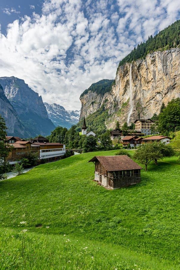 Zadziwiający widok sławny Lauterbrunnen miasteczko z pięknymi Staubbach siklawami, Szwajcaria zdjęcie royalty free