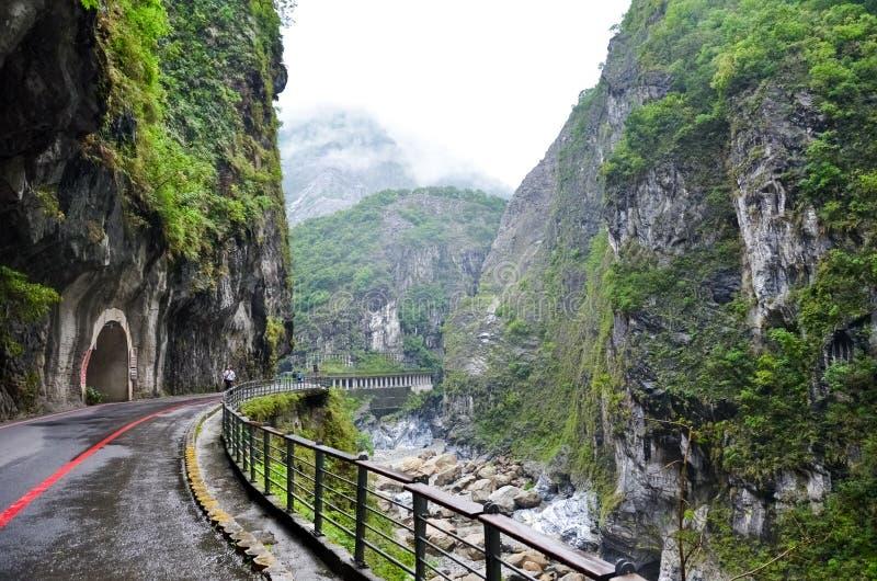 Zadziwiający widok Taroko wąwóz w Taroko parku narodowym, Tajwan Tajwańczyka krajobraz Strome skały wzdłuż rzeki, zielony lasowy  obraz royalty free