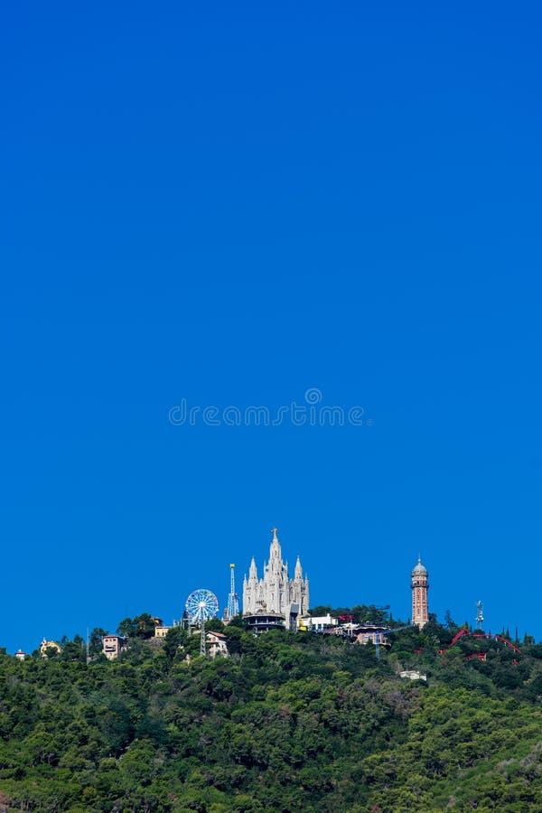 Zadziwiający widok Tibidabo montaż z parkiem rozrywki w Barcelona mieście obraz stock