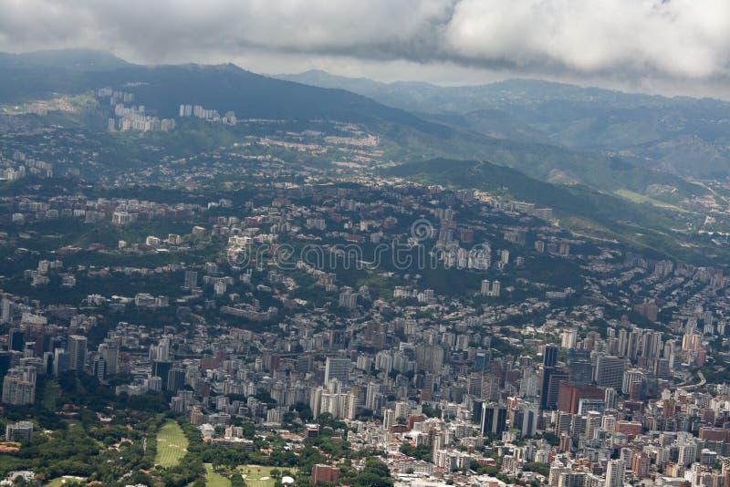 Zadziwiający widok z lotu ptaka miasto Caracas od ikonowej góry kapitał Wenezuela, El Avila Repano lub Waraira zdjęcia royalty free