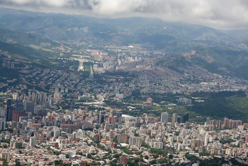 Zadziwiający widok z lotu ptaka miasto Caracas od ikonowej góry kapitał Wenezuela, El Avila Repano lub Waraira obrazy royalty free