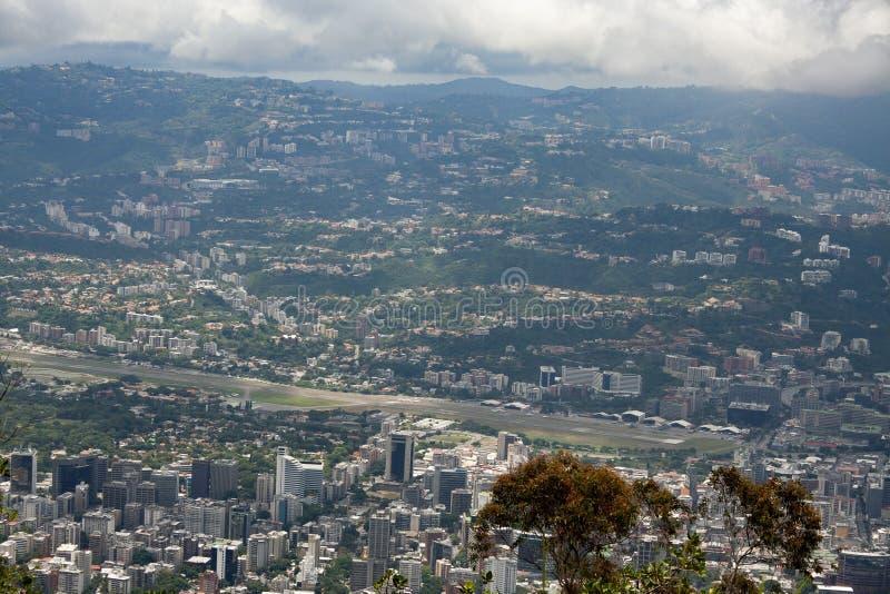 Zadziwiający widok z lotu ptaka miasto Caracas od ikonowej góry kapitał Wenezuela, El Avila Repano lub Waraira obraz stock