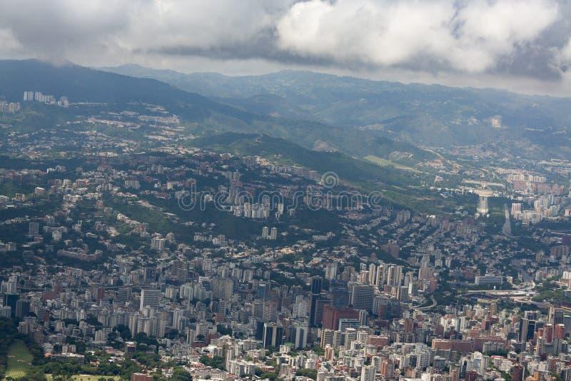 Zadziwiający widok z lotu ptaka miasto Caracas od ikonowej góry kapitał Wenezuela, El Avila Repano lub Waraira fotografia stock