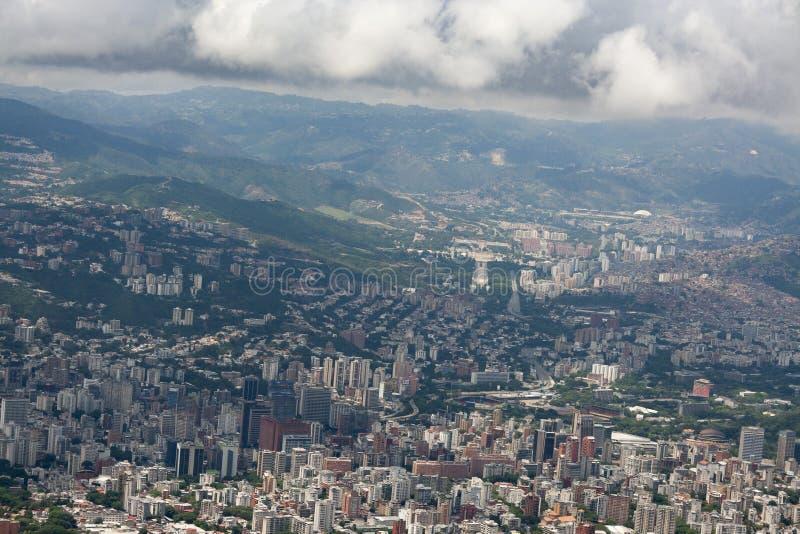 Zadziwiający widok z lotu ptaka miasto Caracas od ikonowej góry kapitał Wenezuela, El Avila Repano lub Waraira obraz royalty free