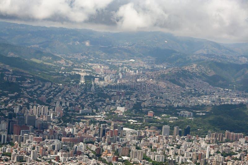 Zadziwiający widok z lotu ptaka miasto Caracas od ikonowej góry kapitał Wenezuela, El Avila Repano lub Waraira fotografia royalty free