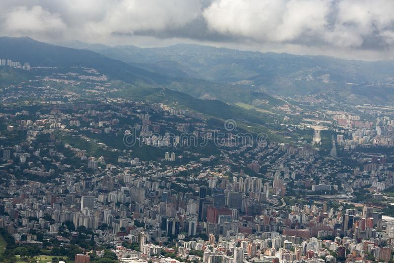 Zadziwiający widok z lotu ptaka miasto Caracas od ikonowej góry kapitał Wenezuela, El Avila Repano lub Waraira obrazy stock