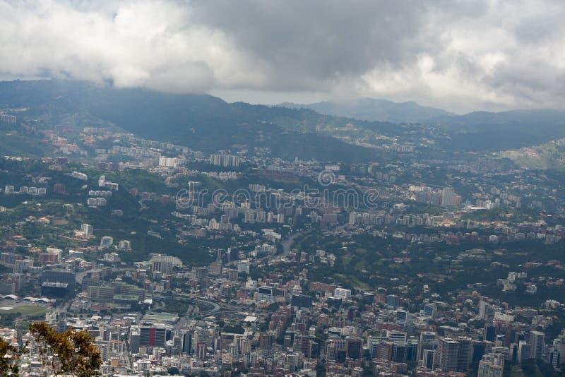 Zadziwiający widok z lotu ptaka miasto Caracas od ikonowej góry kapitał Wenezuela, El Avila Repano lub Waraira zdjęcie stock