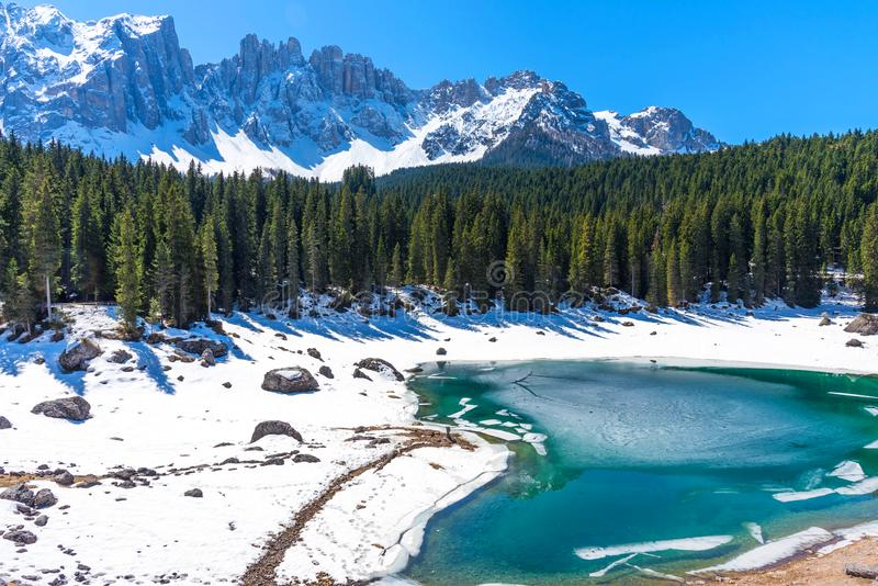 Zadziwiający wiosna krajobraz jezioro Carezza w dolomitach w Południowym Tyrol, Włochy zdjęcie royalty free
