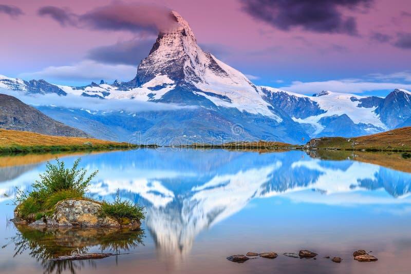 Zadziwiający wschód słońca z Matterhorn szczytem i Stellisee jeziorem, Valais, Szwajcaria zdjęcia royalty free