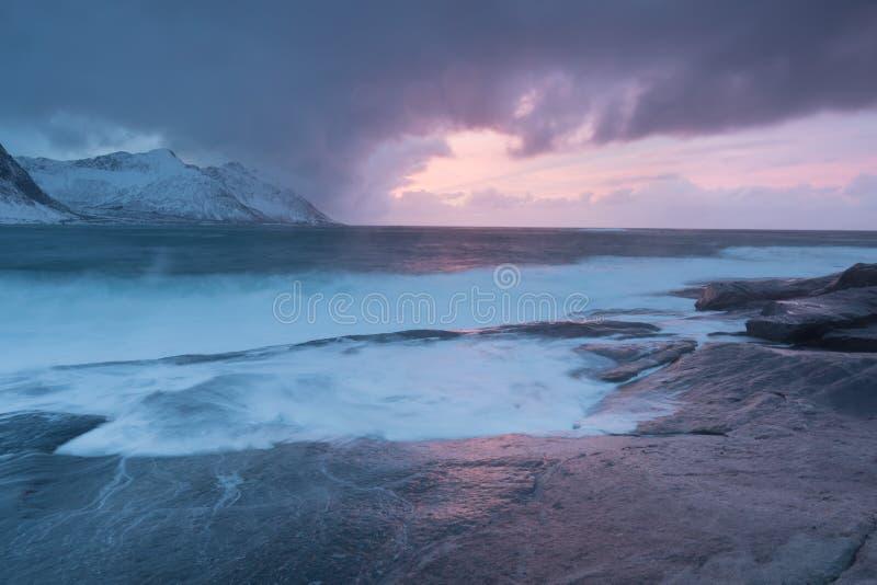 Zadziwiający zmierzch Nad górą I Fjord, zima krajobraz, Norwegia słońce ustawia na Norweskich Alps i błękitnej godzinie zdjęcie royalty free