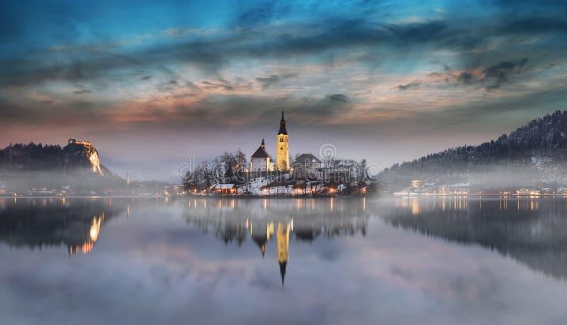 Zadziwiający zmierzch przy jeziorem Krwawił w zimie, Slovenia obraz stock