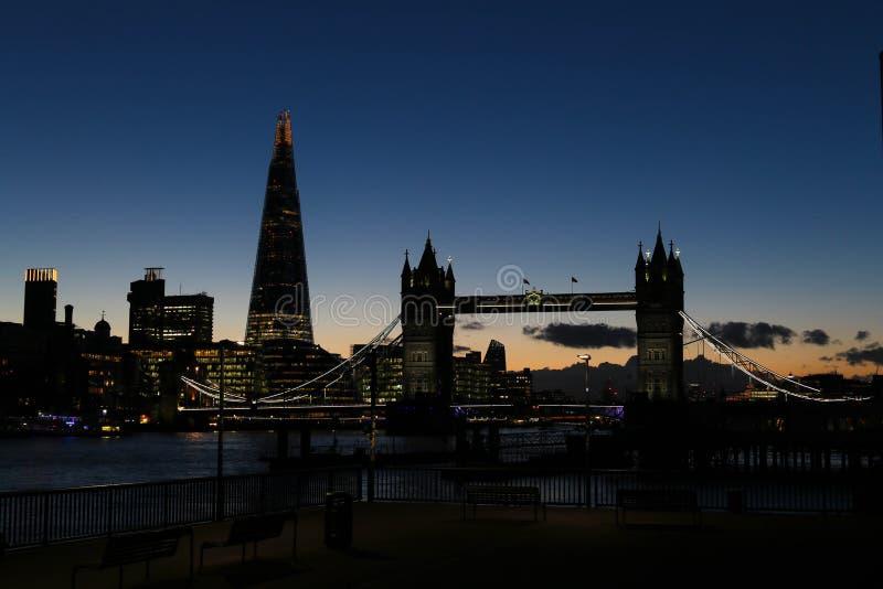 Zadziwiający zmierzch w Londyn przeciw tłu Basztowy most i czerep zdjęcie royalty free