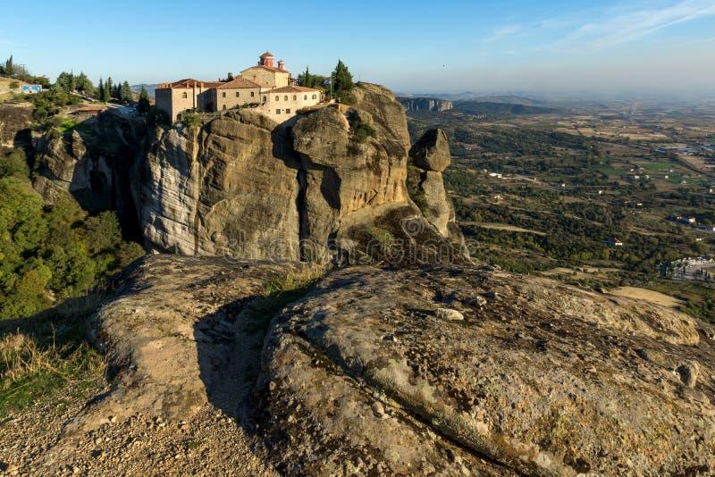 Zadziwiający zmierzchu krajobraz Święty monaster St Stephen w Meteor, Grecja zdjęcia royalty free