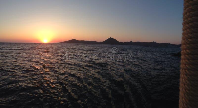 Zadziwiający zmierzchu obrazek w bujny Bodrum morzu zdjęcie royalty free