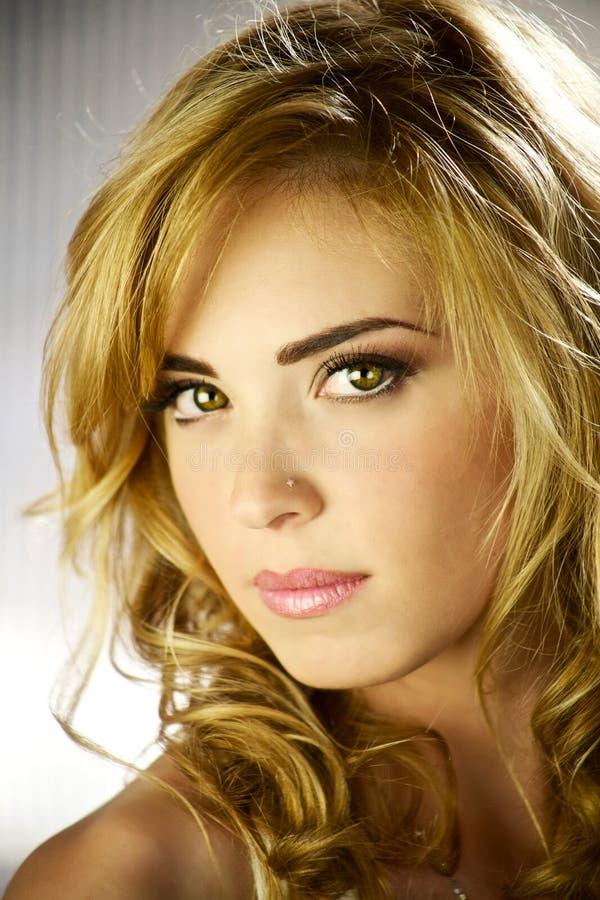 zadziwiających blond oczu wspaniały model zdjęcie royalty free