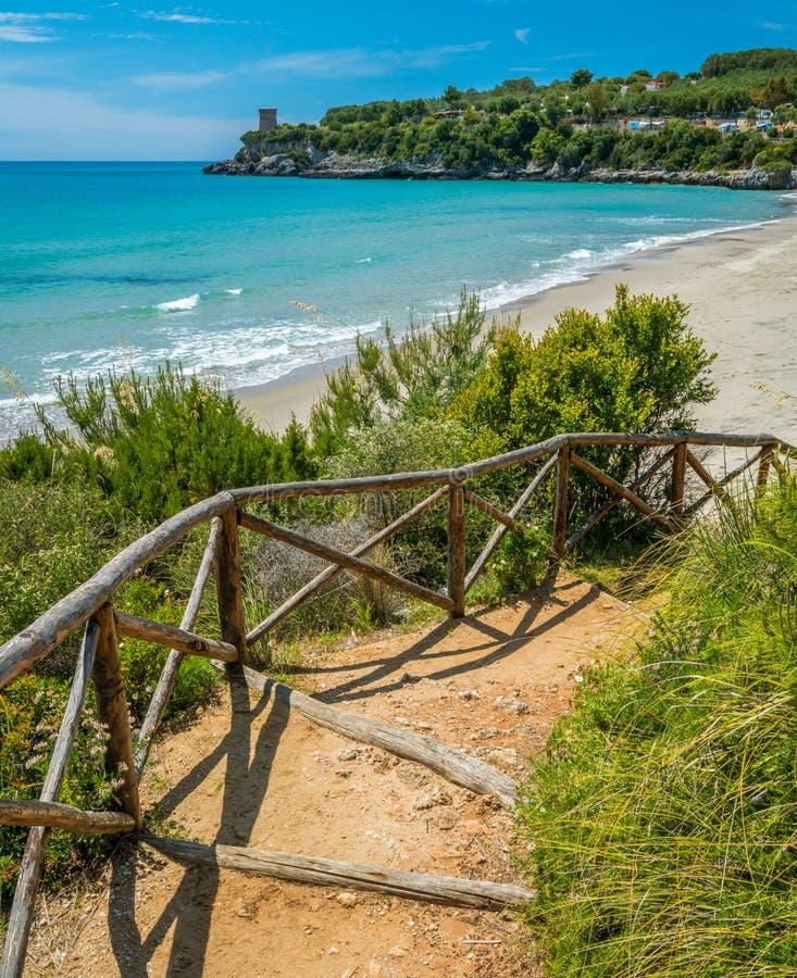 Zadziwiaj?cy ?r?dziemnomorski krajobraz przy Marina Di Camerota, Cilento, Campania, po?udniowy W?ochy zdjęcia stock