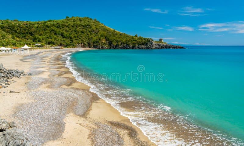 Zadziwiaj?cy ?r?dziemnomorski krajobraz przy Marina Di Camerota, Cilento, Campania, po?udniowy W?ochy zdjęcie stock