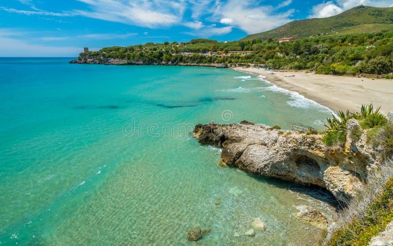Zadziwiaj?cy ?r?dziemnomorski krajobraz przy Marina Di Camerota, Cilento, Campania, po?udniowy W?ochy fotografia royalty free