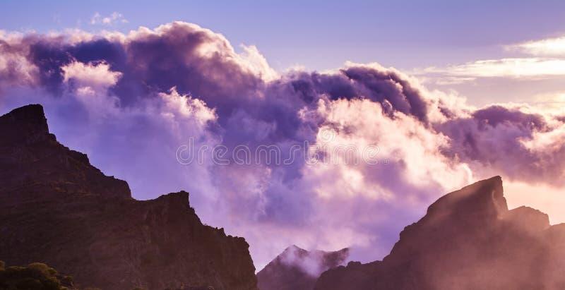 Zadziwiaj?cy widok halni szczyty z pi?knymi chmurami na zmierzchu Lokacja: Tenerife, wyspy kanaryjska, Hiszpania Artystyczny obra obraz royalty free