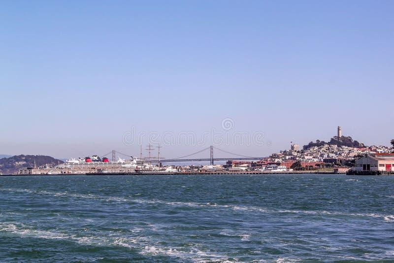 Zadziwiaj?cy widok na San Fransisco, Kalifornia b??kitne niebo t?a zdjęcie stock