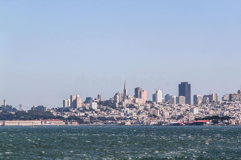 Zadziwiaj?cy widok na San Fransisco, Kalifornia b??kitne niebo t?a Pi?kni t?a obraz royalty free