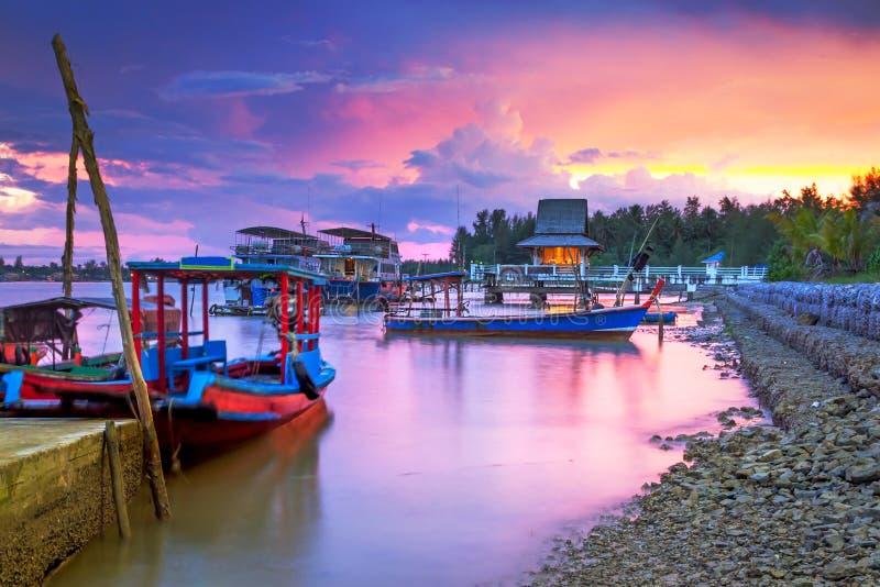 Download Zadziwiający Zmierzch Przy Schronieniem W Tajlandia Zdjęcie Stock - Obraz złożonej z morze, egzot: 28960636