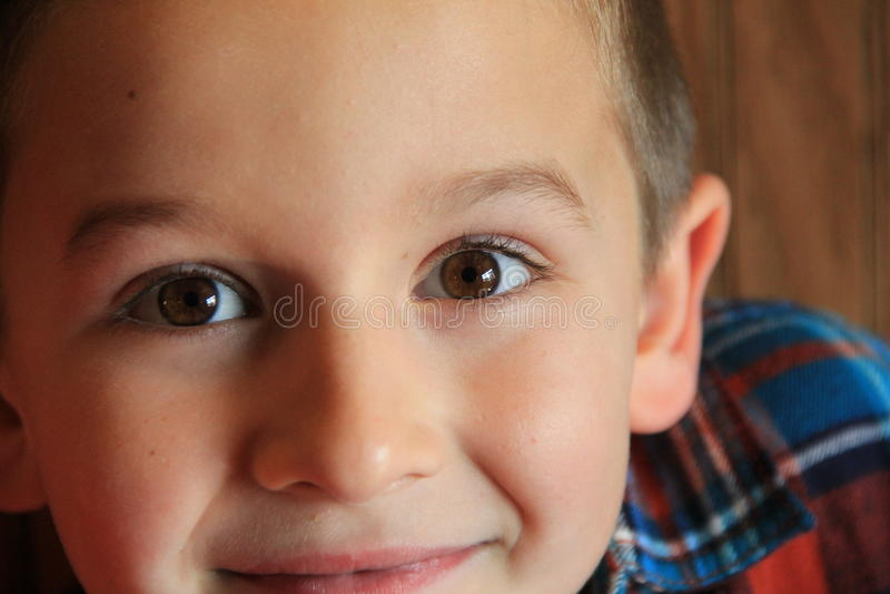 Zadziwiona uśmiechnięta chłopiec z załoga cięciem zdjęcia stock