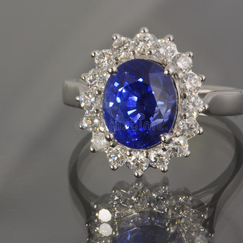 Zafiro y anillo de diamantes foto de archivo libre de regalías