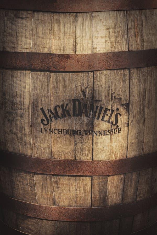 ZAGABRIA, CROAZIA, IL 25 LUGLIO 2017: Vecchio barilotto di legno con il logo bruciato del whiskey del ` s di Jack Daniel immagine stock