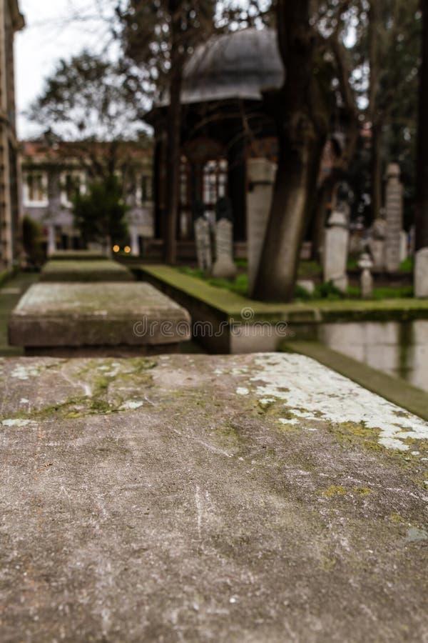 Zaganos Pasha Tomb y piedras sepulcrales en la mezquita del zagnoshpasha del patio trasero fotos de archivo libres de regalías