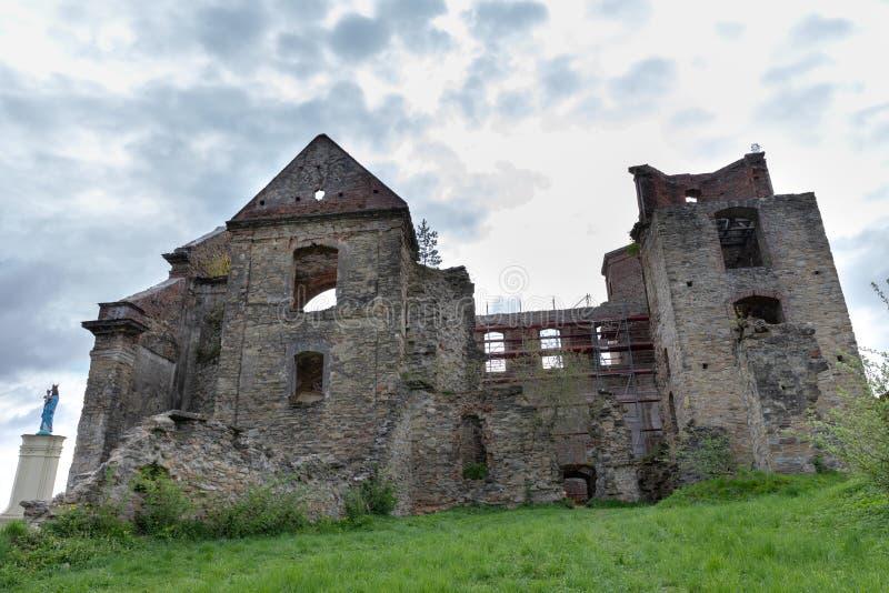 Zagorz, podkarpackie/Polônia - abril, 29, 2019: Monastério arruinado na Europa Central Ruínas do templo histórico fotos de stock royalty free