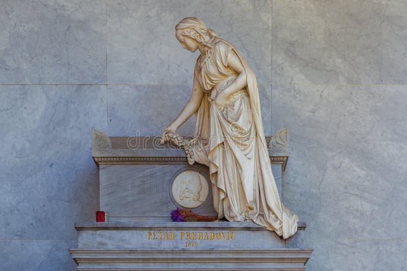 """Zagreb, †da Croácia """"outubro de 2018 um monumento branco uma menina triste em mooning na sepultura do cemitério da cidade foto de stock royalty free"""