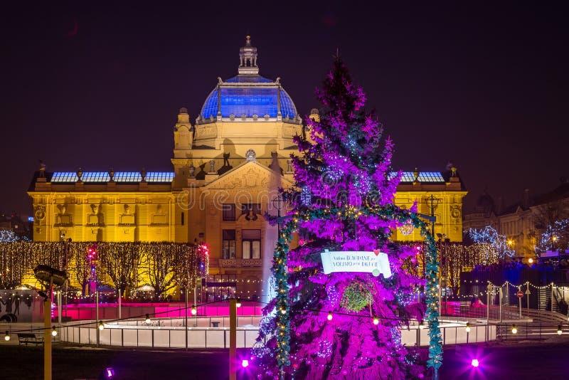 Zagreb Art Pavilion med den dekorerade purpurfärgade julgranen, Kroatien fotografering för bildbyråer