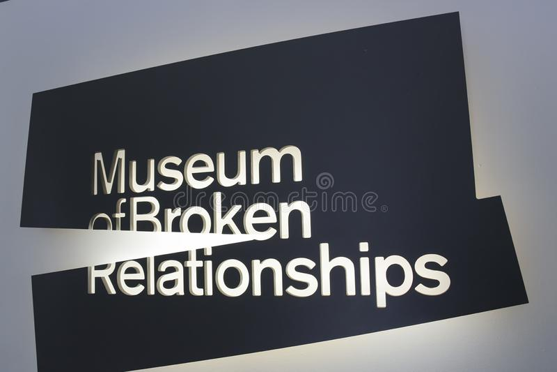 Zagreb, Chorwacja - 2013: Muzeum Łamany związku znak Muzeum wystawia osobistych przedmioty od poprzednich kochanków wraz z fotografia royalty free