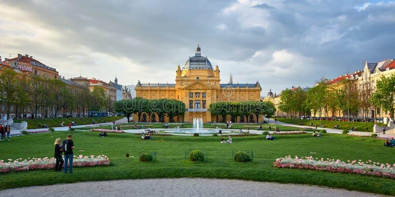 Zagreb, Croacia, el 24 de abril de 2019: Gente que goza en día de primavera agradable en el pabellón del arte del parque en parqu imagen de archivo libre de regalías